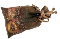 положите potpourri в мешки изолированный коричневым цветом Стоковые Фото