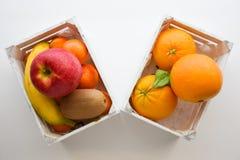 Положить древесину в коробку белизны плодоовощей Стоковая Фотография RF