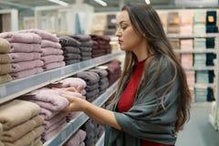 Полотенца женского клиента проверяя и покупая в супермаркете Стоковое фото RF