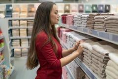 Полотенца женского клиента проверяя и покупая в супермаркете Стоковое Изображение RF