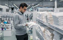 Полотенца мужского клиента проверяя и покупая в супермаркете Стоковые Изображения RF