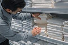 Полотенца мужского клиента проверяя и покупая в супермаркете Стоковая Фотография RF