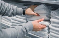 Полотенца мужского клиента проверяя и покупая в супермаркете Стоковое Изображение RF