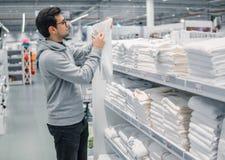 Полотенца мужского клиента проверяя и покупая в супермаркете Стоковые Фотографии RF
