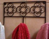 Полотенца на декоративной вешалке металла, в душевой Стоковые Изображения RF