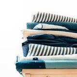 Полотенца, одеяла и другая домашняя ткань в сини и цвете beidge Стоковая Фотография