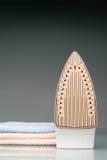 полотенца плиты утюга Стоковое фото RF