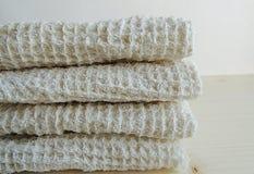 Полотенца хлопка Handmade текстуры waffle linen, ткань мытья, полотенца кухни, полотенца руки, полотенца ванны на деревянной пред Стоковые Изображения RF