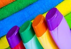 Полотенца terry шампуня и цвета Стоковые Изображения RF