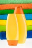 полотенца terry шампуня цвета бутылок Стоковая Фотография