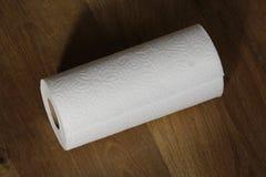 Полотенце белой бумаги на деревянной предпосылке стоковое изображение