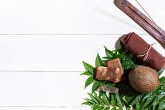 Полотенце Брайна, голубая глина и естественное мыло кофе на белом деревянном столе, взгляд сверху Стоковое Фото