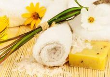 Полотенце ванны с солью и маслом моря на циновке Стоковая Фотография