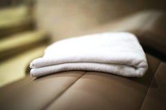 Полотенце в спа-центре на sunbed конце Стоковая Фотография RF