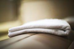 Полотенце в спа-центре на sunbed конце Стоковые Фотографии RF