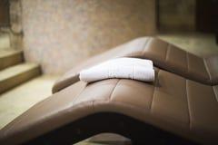 Полотенце в спа-центре на sunbed Стоковая Фотография