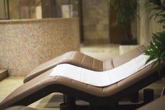 Полотенце в спа-центре на sunbed Стоковые Изображения RF