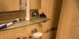 Полотенце зубной пасты зубной щетки в ванной комнате Стоковые Изображения RF