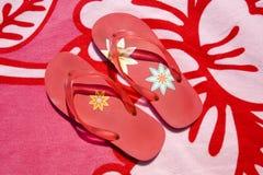 полотенце красного цвета flops flip пляжа Стоковое фото RF