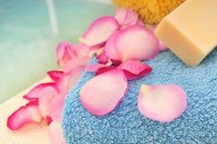 полотенце мыла лепестков розовое Стоковая Фотография RF