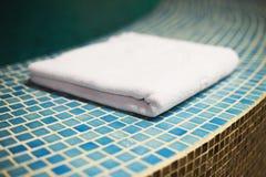 Полотенце на конце бассейна Стоковые Фото