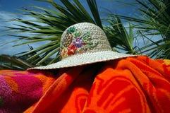 полотенце солнца шлема пляжа Стоковые Изображения