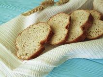 Полотенце уха хлеба на голубом деревянном питании обеда печет здоровье ткани стоковое изображение