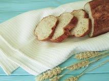 Полотенце уха хлеба на голубом деревянном питании печет здоровье ткани стоковое изображение