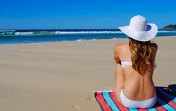 полотенце девушки сидя Стоковое фото RF