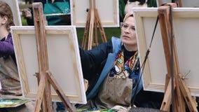 Полтава, Украина - может 2019: Группа в составе женщины различных возрастов учит нарисовать изображения в парке сток-видео