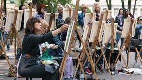 Полтава, Украина - может 2019: Группа в составе женщины различных возрастов учит нарисовать изображения в парке видеоматериал