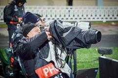 ПОЛТАВА, УКРАИНА - 4-ое октября 2018: Фотокорреспондент с объективом стоковое изображение