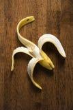 полупериод распада съеденный бананом все еще стоковое фото