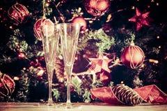 Получать готовый! 2 пустых стекла с предпосылкой рождественской елки Стоковые Фото