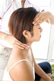 получать массажа fmale головной Стоковые Фотографии RF