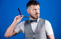Получать совершенную форму Совершенная борода мужчина способа бизнесмен холя в утре небритый парикмахер в связи лучей стоковое фото rf