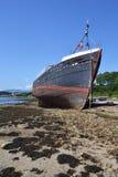 Получившаяся отказ винтажная рыбацкая лодка на пляже около деревни Corpach, Fort William, Шотландии, Великобритании стоковые изображения