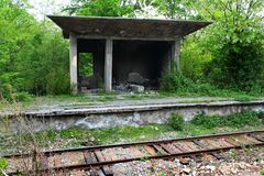 Получившаяся отказ железнодорожная платформа около Kutaisi, Грузии стоковые фото