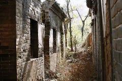 Получившиеся отказ дома в старой деревне стоковая фотография rf