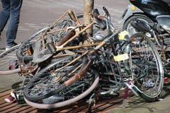 Получившиеся отказ и старыеся велосипеды на улице которые отмечены с ярлыком, который будет извлекать муниципалитет вертепа Haag  стоковые фотографии rf