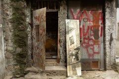 Получившиеся отказ лачуга и зеркало с граффити стоковая фотография
