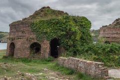 Получившиеся отказ, покинутый руины кирпичных кладок Porth Wen, Anglesey стоковое фото