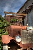 Получившийся отказ античный автомобиль в стране пустыни Калифорния стоковая фотография rf