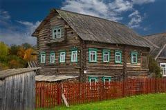 Получившийся отказ дом в деревне стоковая фотография