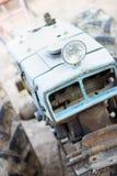 Получившийся отказ ржавый винтажный идя трактор стоковые изображения rf