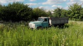 Получившийся отказ старый ржавый советский автомобиль Чернобыль тележки видеоматериал