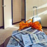 Получите приз наличными, стога саудовских банкнот риала на таблице Стоковая Фотография RF