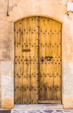 Полу-открытая деревенская коричневая деревянная дверь входа среднеземноморского дома стоковые фотографии rf