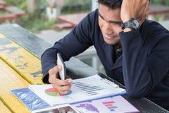 Польза бизнесмена smartphone Стоковая Фотография RF