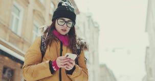 Польза женщины мобильного телефона для искать положение на улице Используя карту онлайн, gps сток-видео